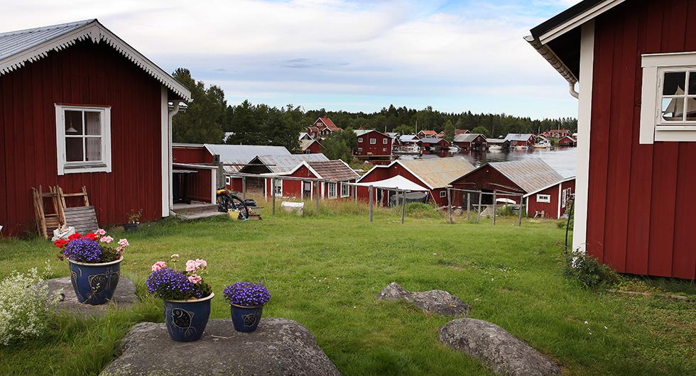 Vy över Skärså fiskeläge med sina karakteristiska röda sjöbodar.