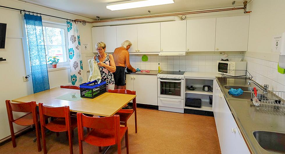 Kök för den som vill byta miljö och diska i maskin. Det går bra att äta och se på tv här med.
