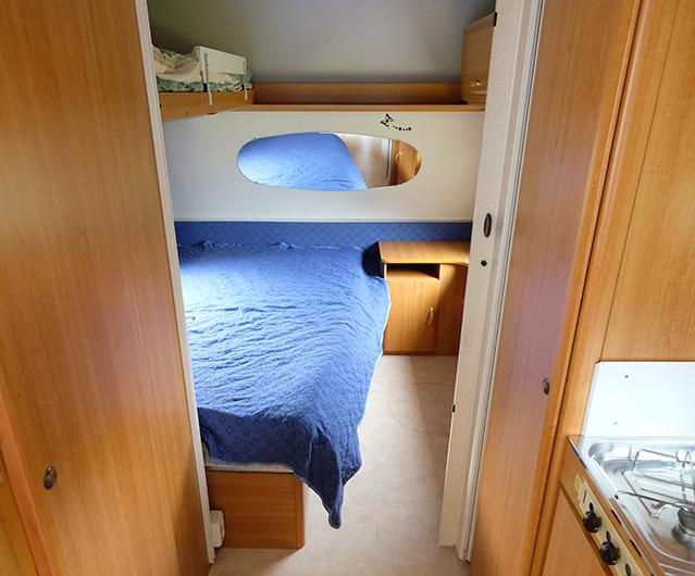 Sovrummet har en layout som sällan syns numera. Det gäller också den ovala spegeln.