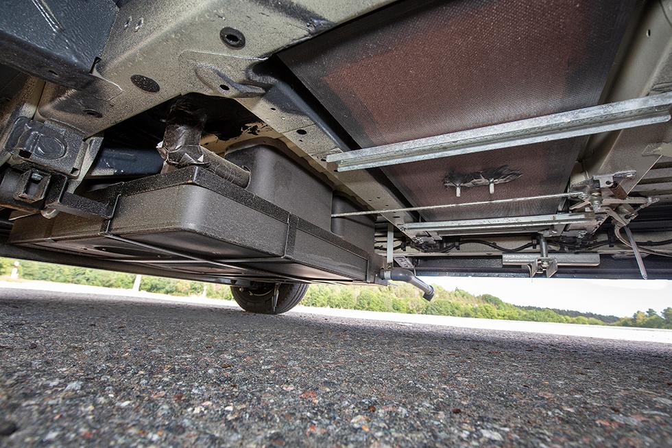 Under bilen är den isolerade gråvattentanken som rymmer 90 liter placerad. Färskvattentanken är placerad inne i bilen.