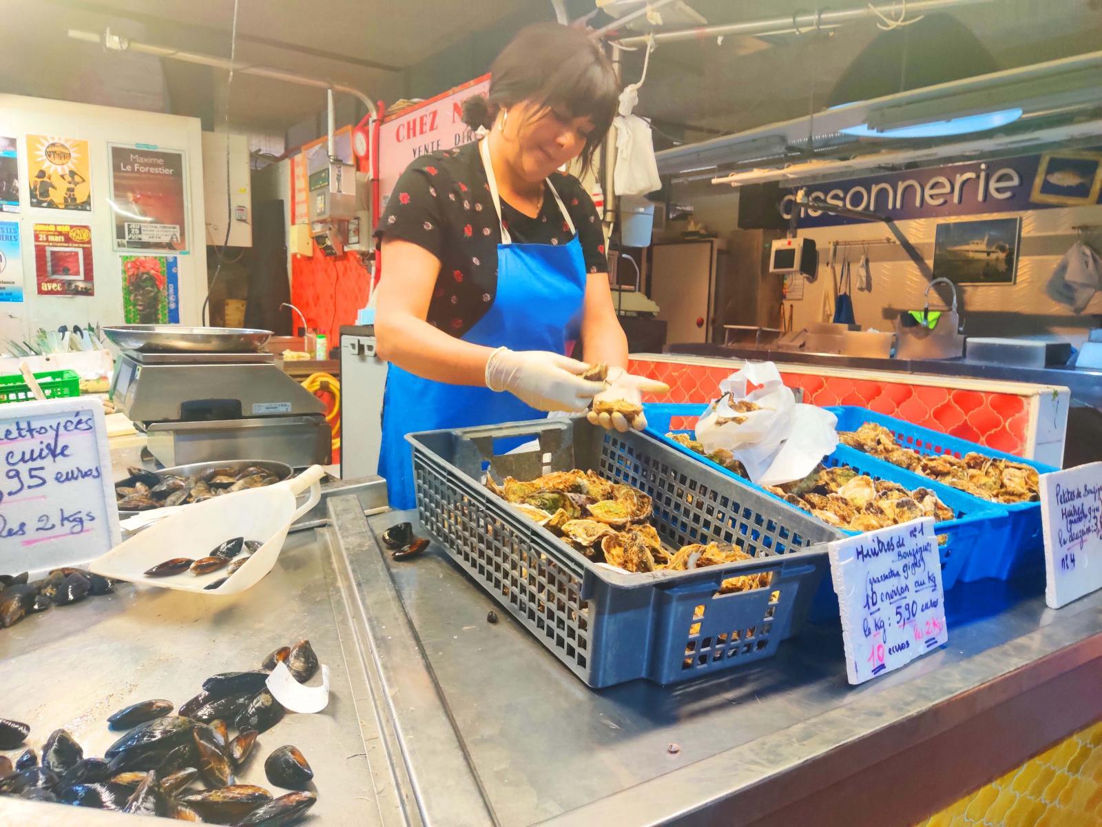 Mat saknar vi inte i Frankrike, inte ens sådana läckerheter som ostron köpta i saluhallen.