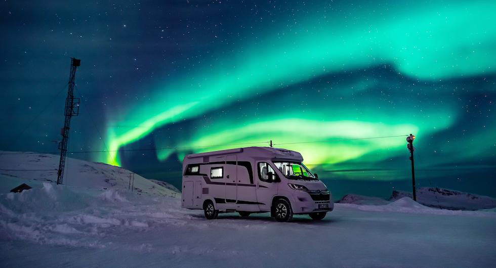 Hobby Optima Ontour Edition perfekt inramad av aurora borealis.