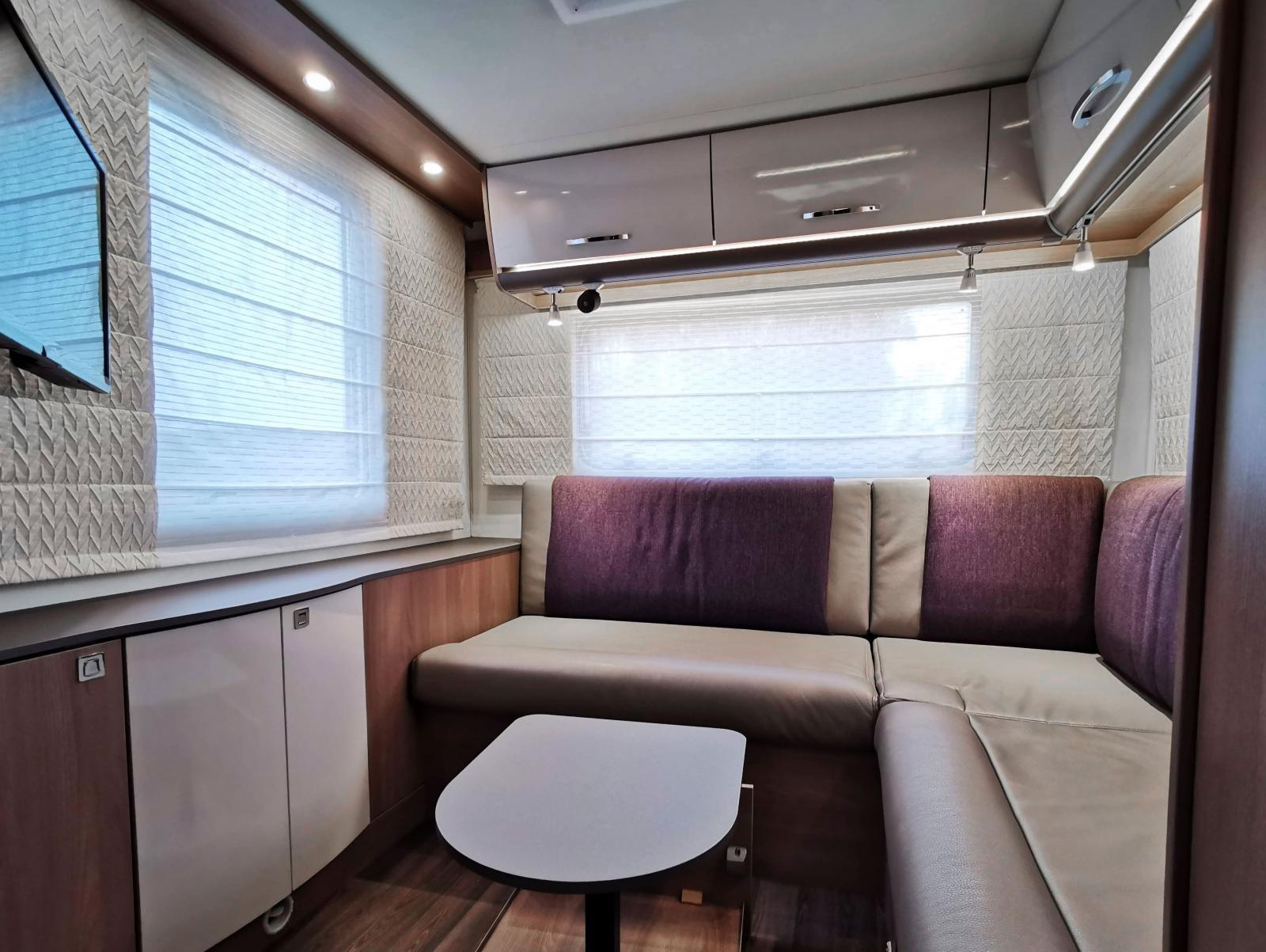 Stoltaste utrymmet är definitivt hörnsittgruppen längst bak. Med uppdragna gardiner är det härlig utsikt genom de stora fönstren. Det lilla bordet skjuts in under soffan, låses som en vanlig låda.