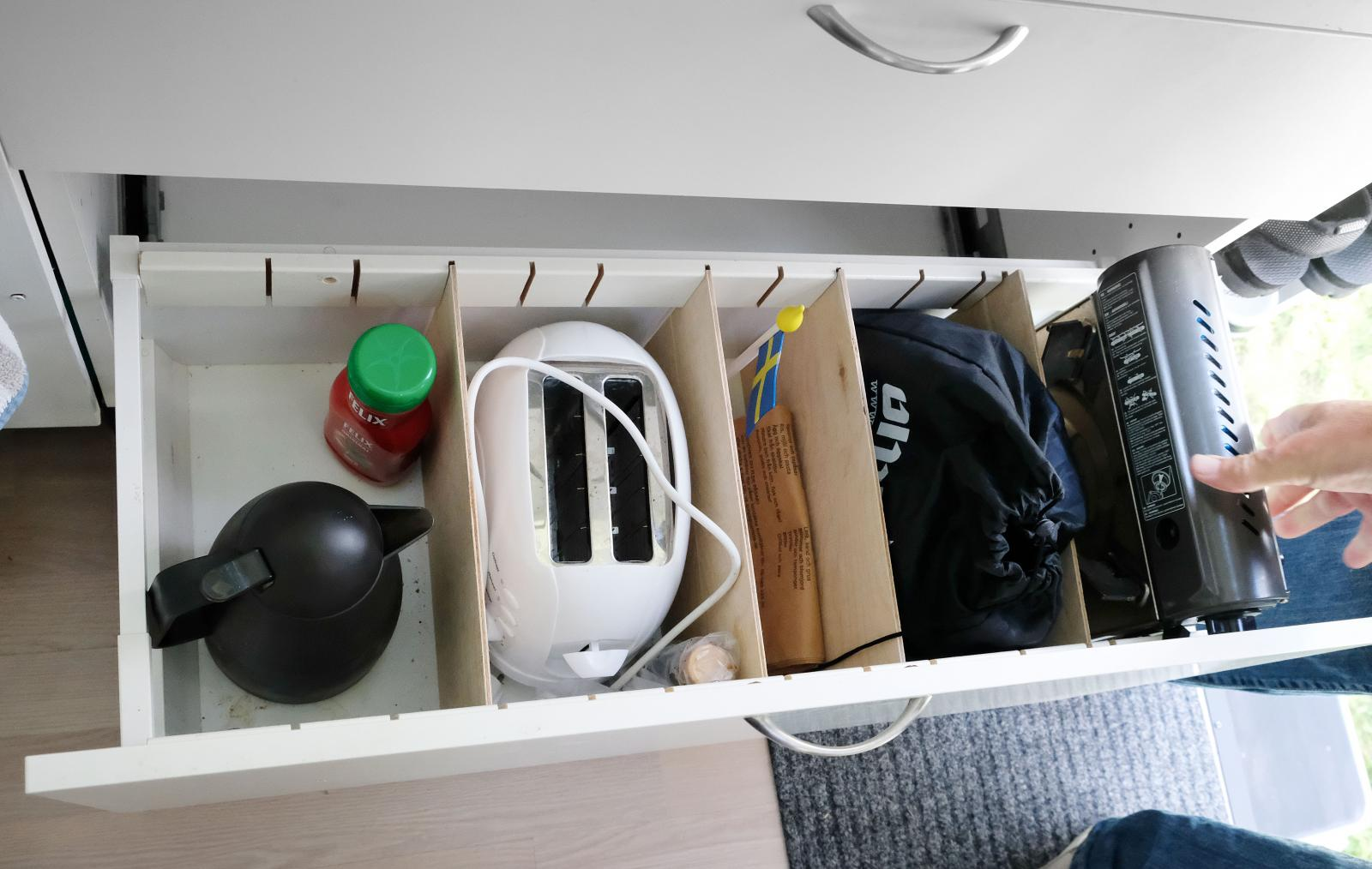 Smart kökslådelösning. Flyttbara mellanskivor håller innehållet på plats under färd för att slippa skrammel.