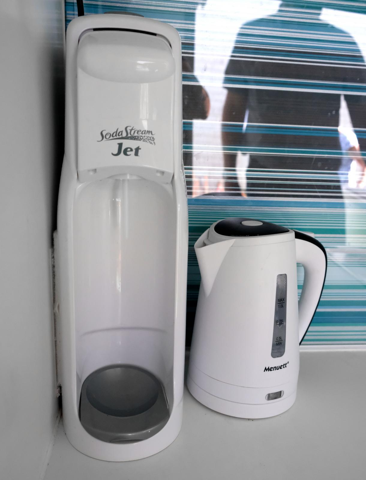 Kardborre håller fast hushållsapparater på köksbänken.