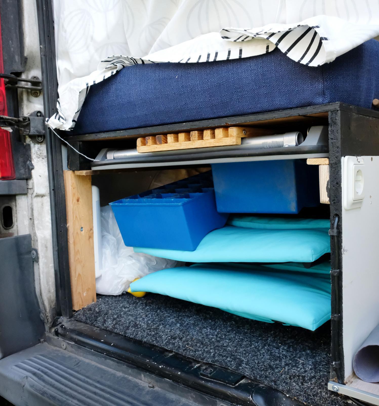 Under vänstra sängen ryms utebord, stolar och nivåklossar.