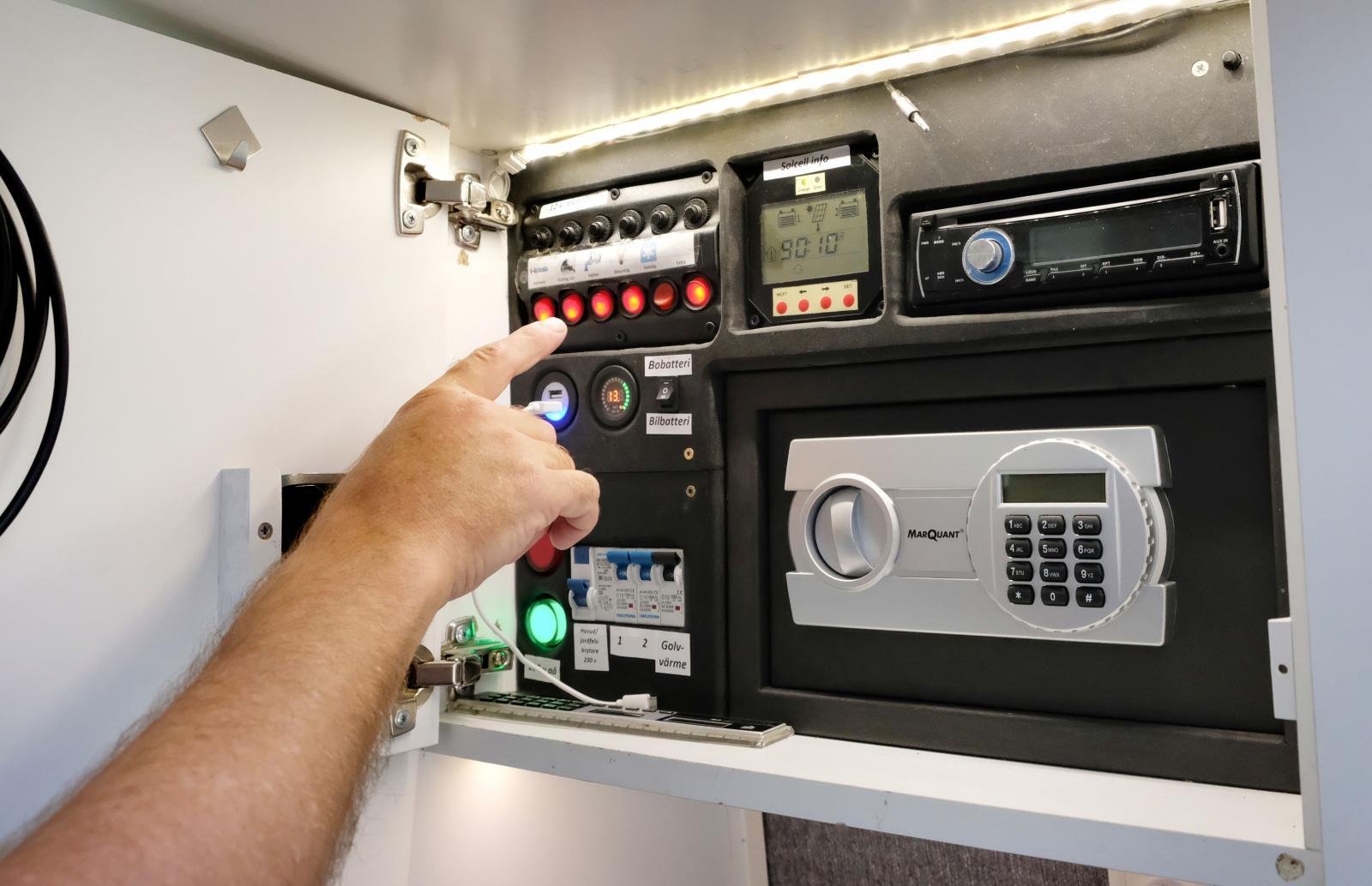 I ett av överskåpen finns en elcentral för 230- och 12V-systemen. Även en 4G-router för internet och infopanel för solcellen.