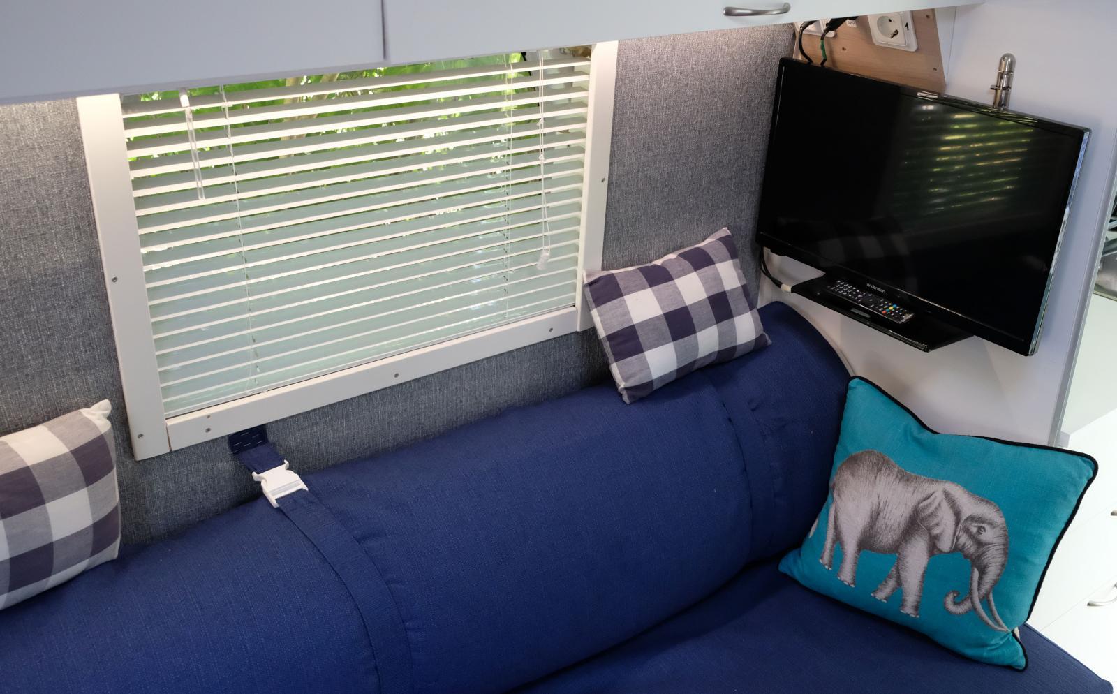Persienner finns till varje fönster. Teven kan skjutas ut så den hamnar mitt mellan sängarna. Eller fästas ovan utvikbara bordet.