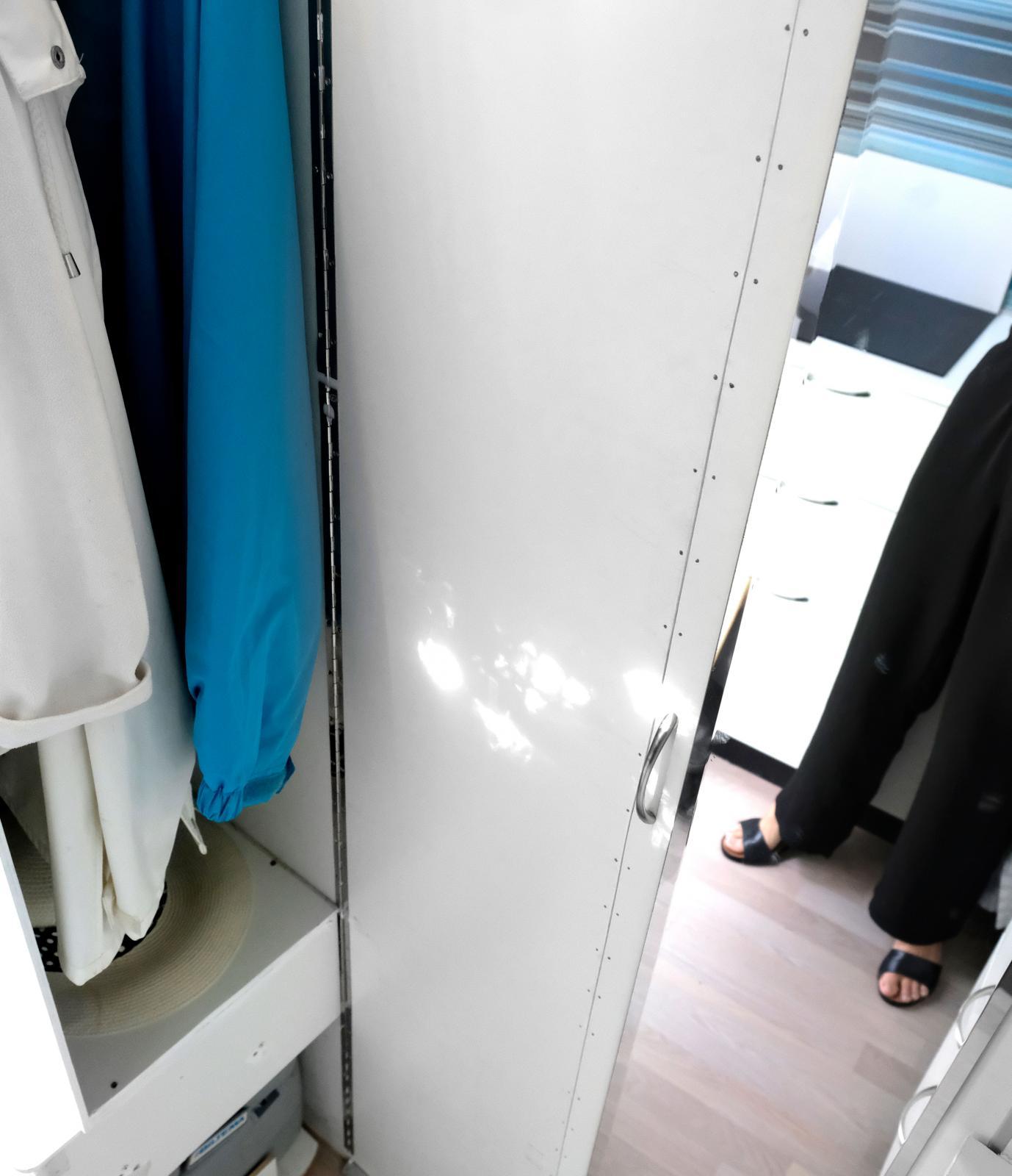Garderobsdörr som kan vikas ut och skärma av bakre delen.