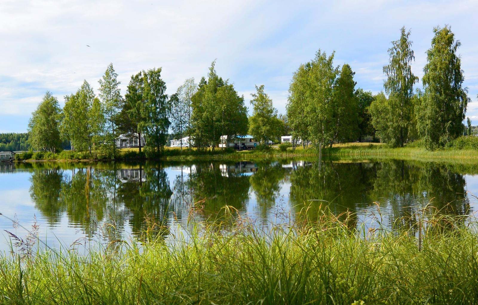Lugna gatan. Det omgivande vattnet gör att campingen ligger lite avskilt.