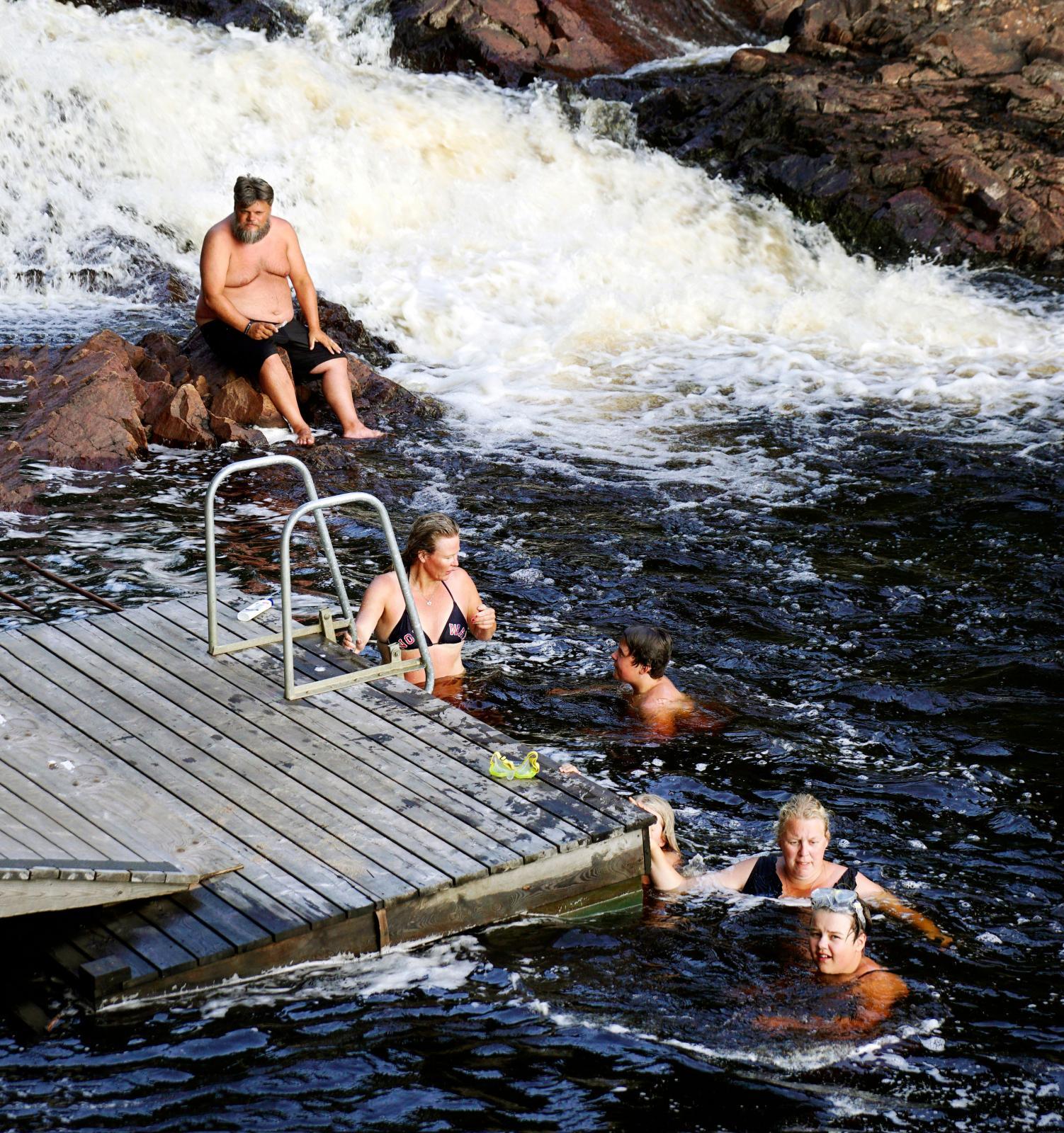Byt ut badbyxorna mot en fela och man hade trott att det var Näcken som satt vid bäcken.
