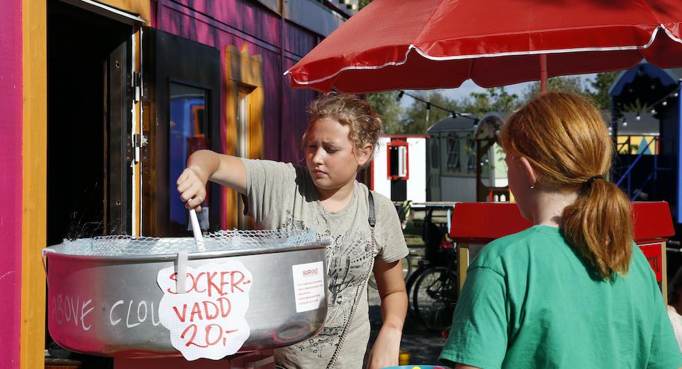 Hilda och Elsa stormtrivs på Grand Circus Hotel. Under sommaren pågår en rad kulturevenemang på Grand Circus Hotel där sockervaddsmaskinen och popcornmaskinen går på högvarv.