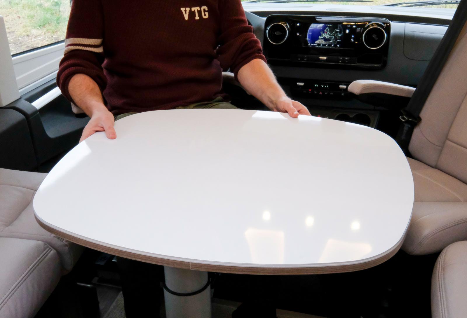 Bordet är smart utformat och kan styras åt alla håll.