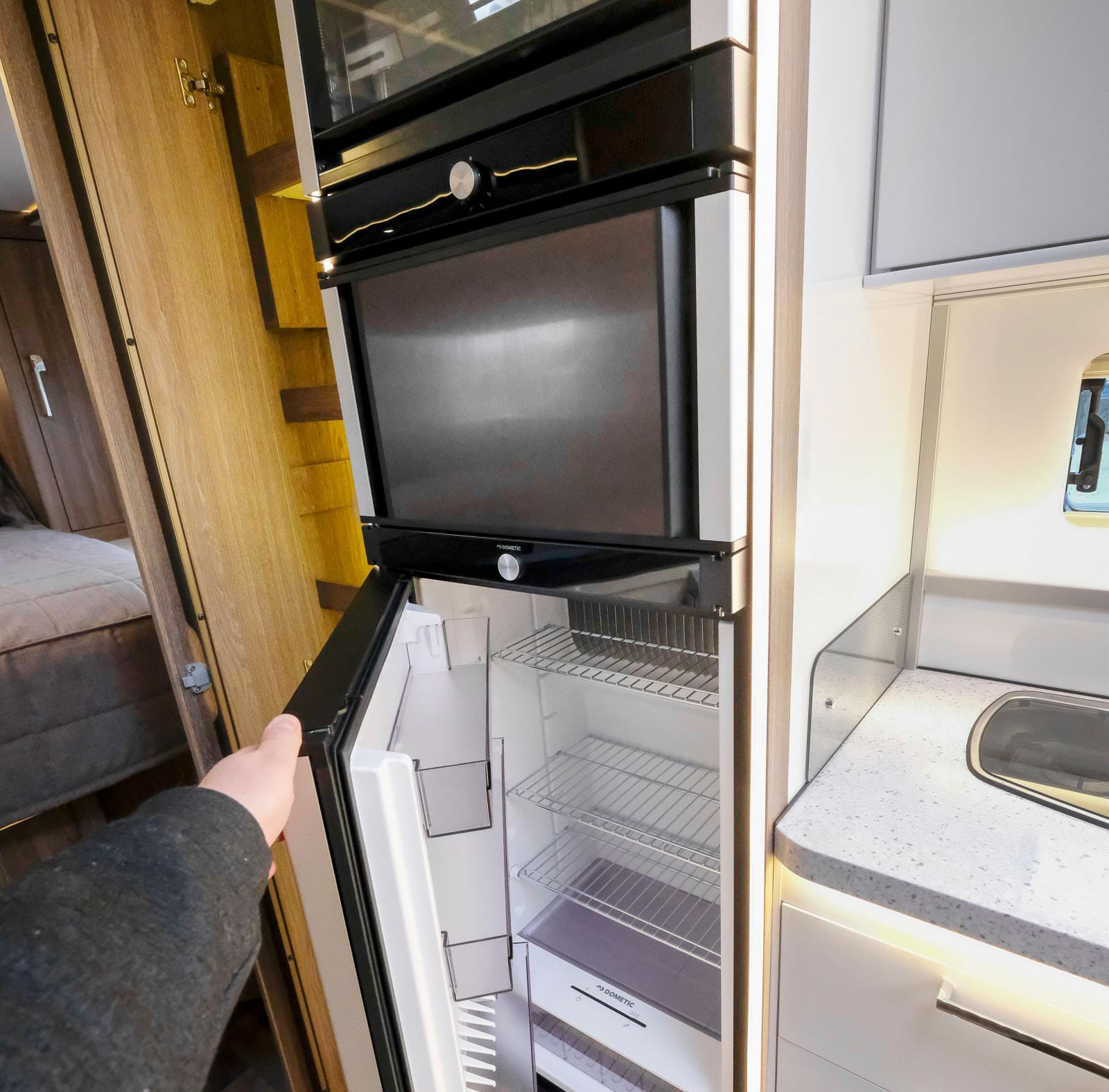 TecTower från Dometic med gasolugn i topp och kylskåp med dubbelhängda dörrar.