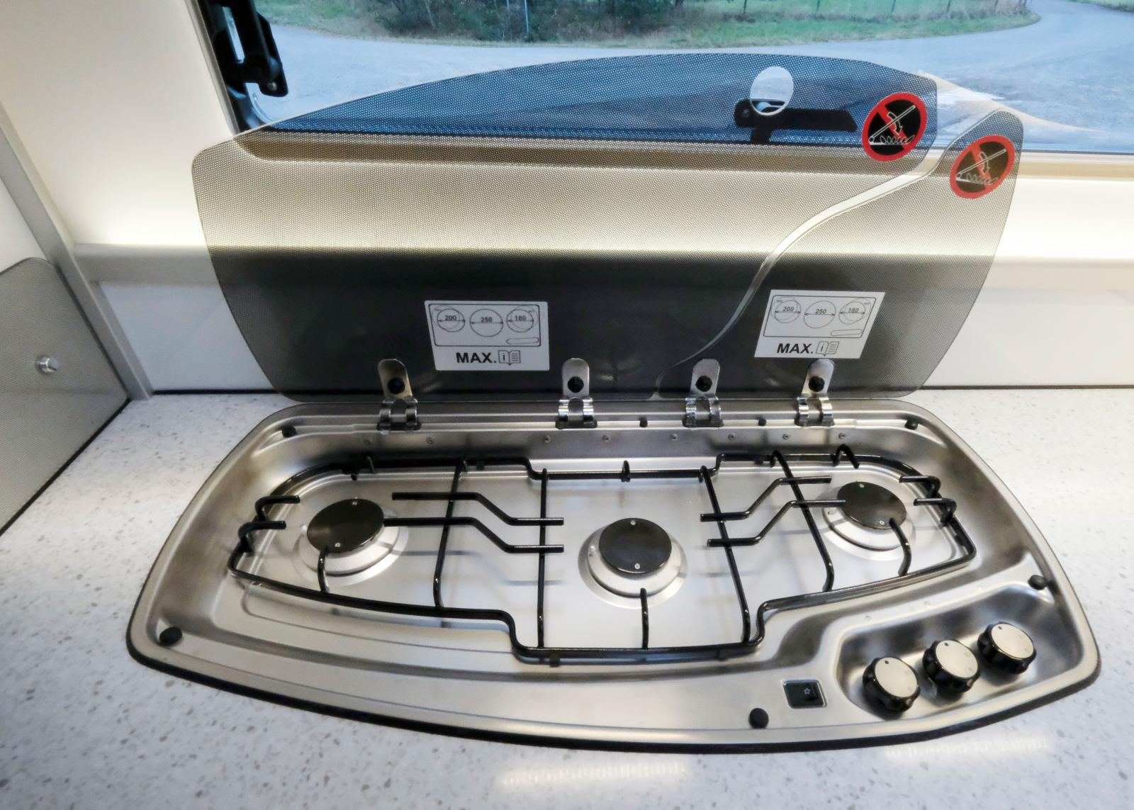 Spisen har brännarna på rad och inbyggd piezo-tändare samt ett bastant gjutjärnsgaller för kastrullerna.
