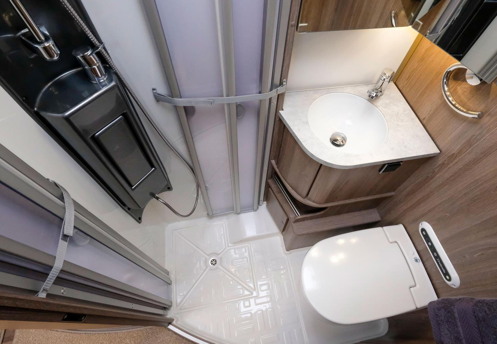 Badrummet är ett så kallat allt-i-ett som ger kompakta mått. Vill man ha större badrum finns det större syskon i serien.