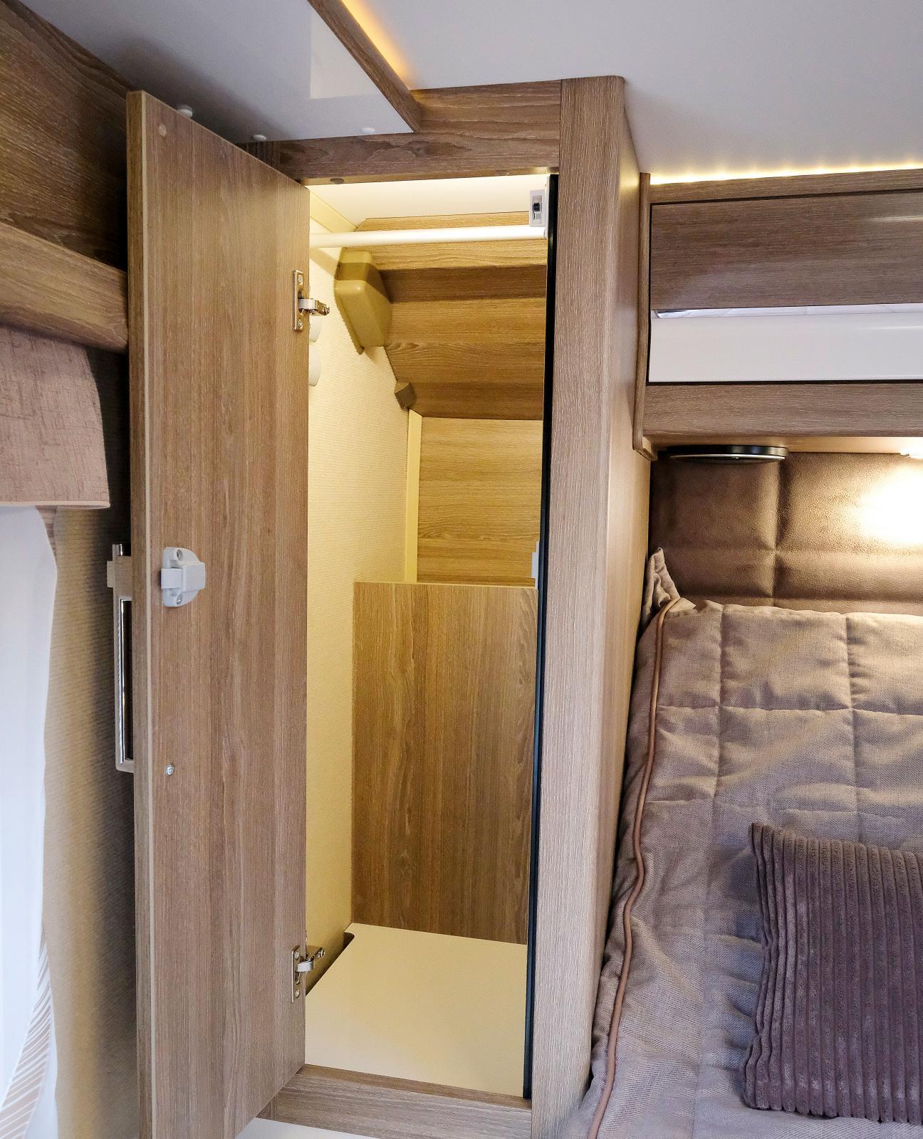 På bägge sidor om dubbelsängen finns stora garderober.