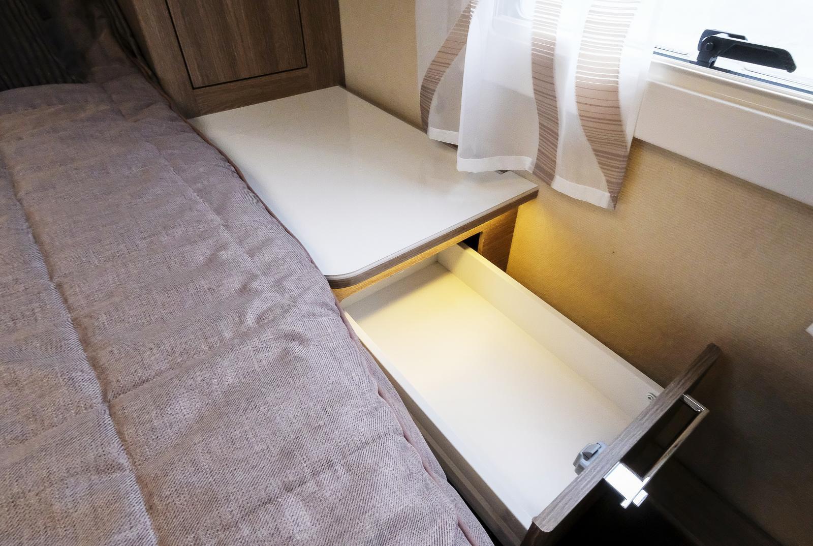 Bra utnyttjande av sängborden med utdragslådor.