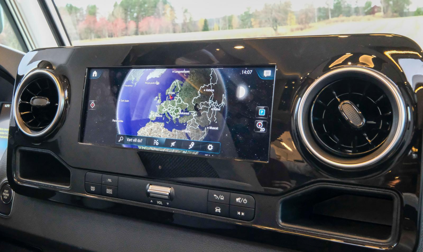 Mercedes fullständiga infotainment med navigering, backkamera och andra smarta funktioner ingår.