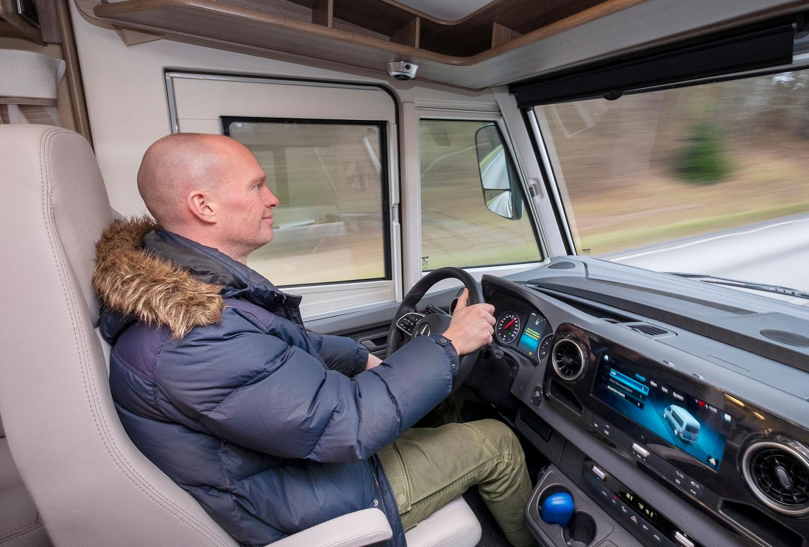 Förarmiljö som i en personbil fast med bättre utsikt. Köregenskaperna påminner också om de hos en personbil.