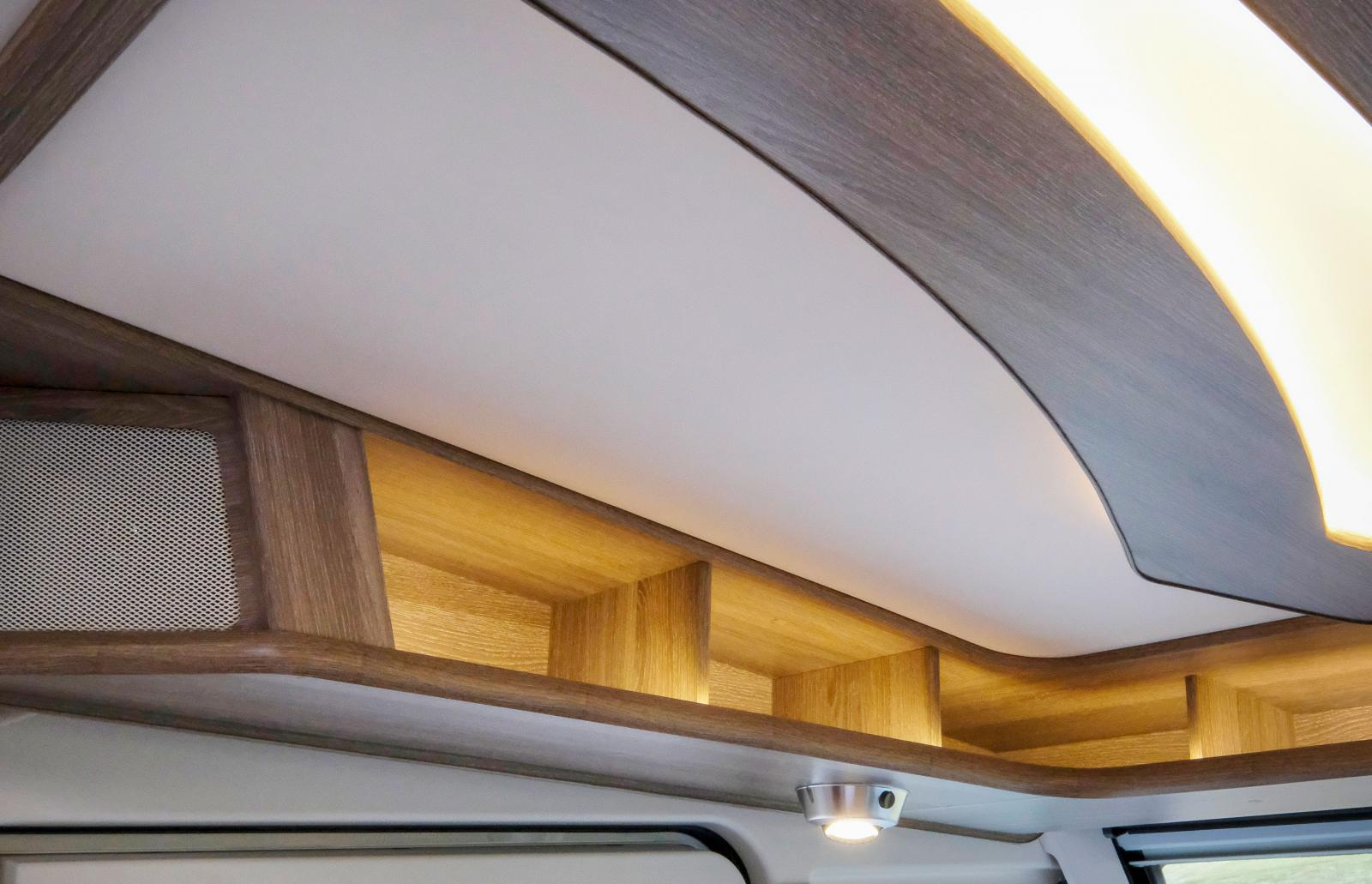 Sängen ovanför förarhytten har en undersida med en omfattande belysning samt öppna hyllor som tyvärr saknar sarg ytterst.