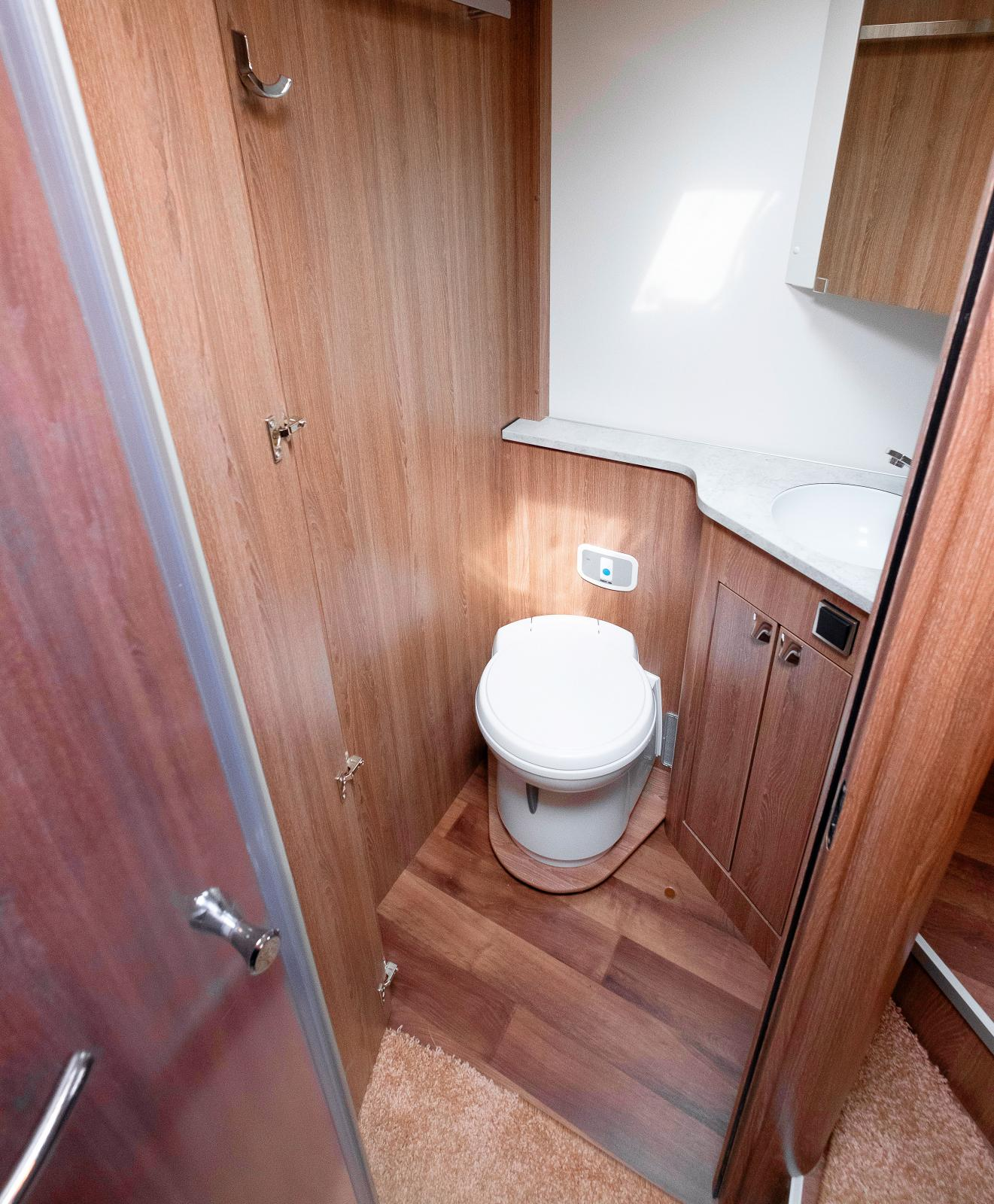 Toaletten är stor och det finns rejält med svängrum.