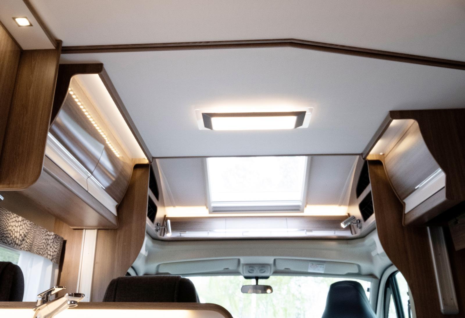 Inne i bilen är den dock i det närmaste osynlig i uppfällt läge. Det finns modeller utan taksäng.