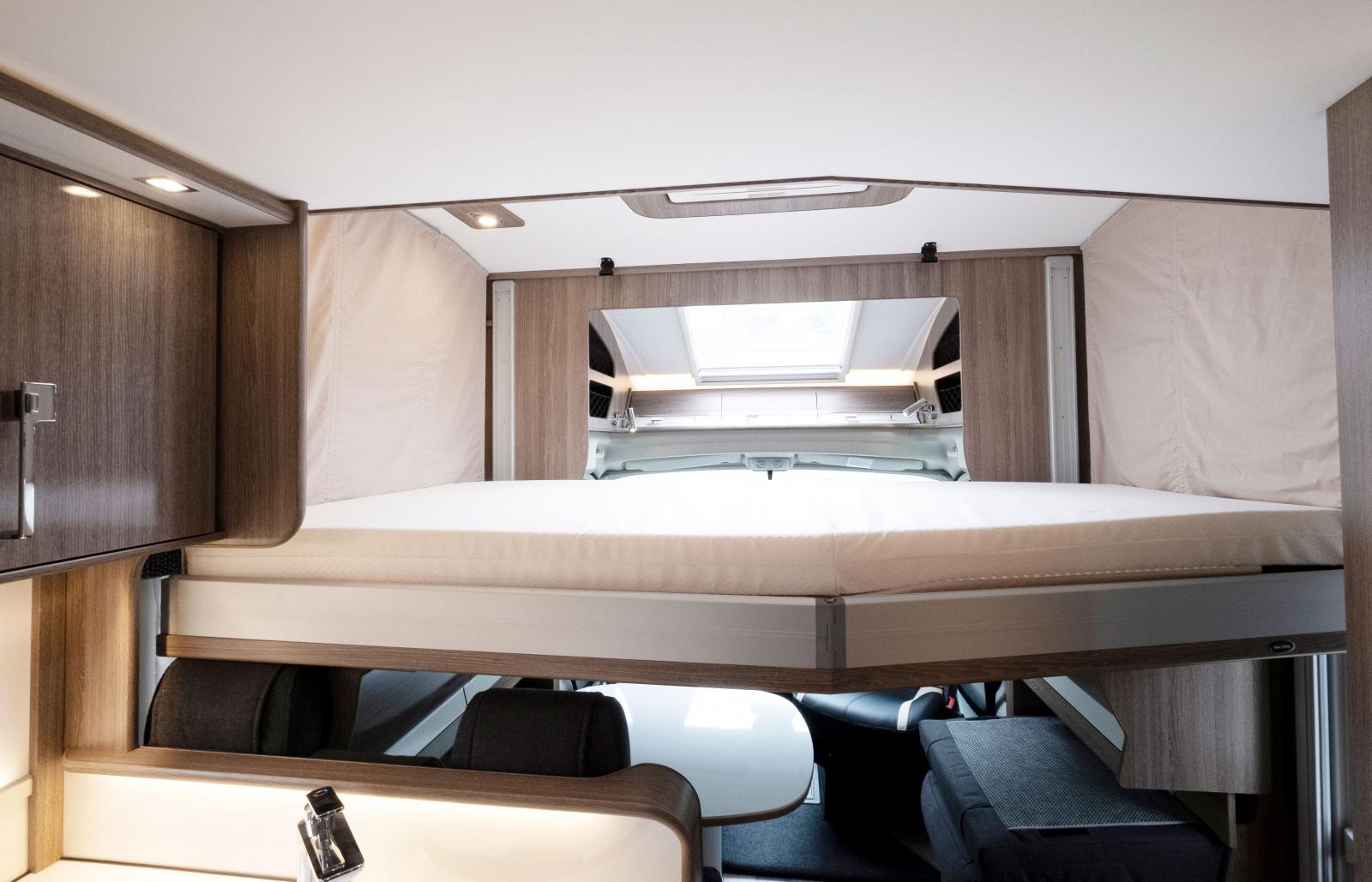 Sängen längst bak är riktigt bred för att vara i en husbil.
