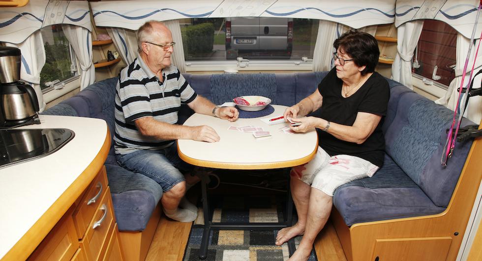 Att spela kort i husvagnen är ett trevligt tidsfördriv under kvällarna.