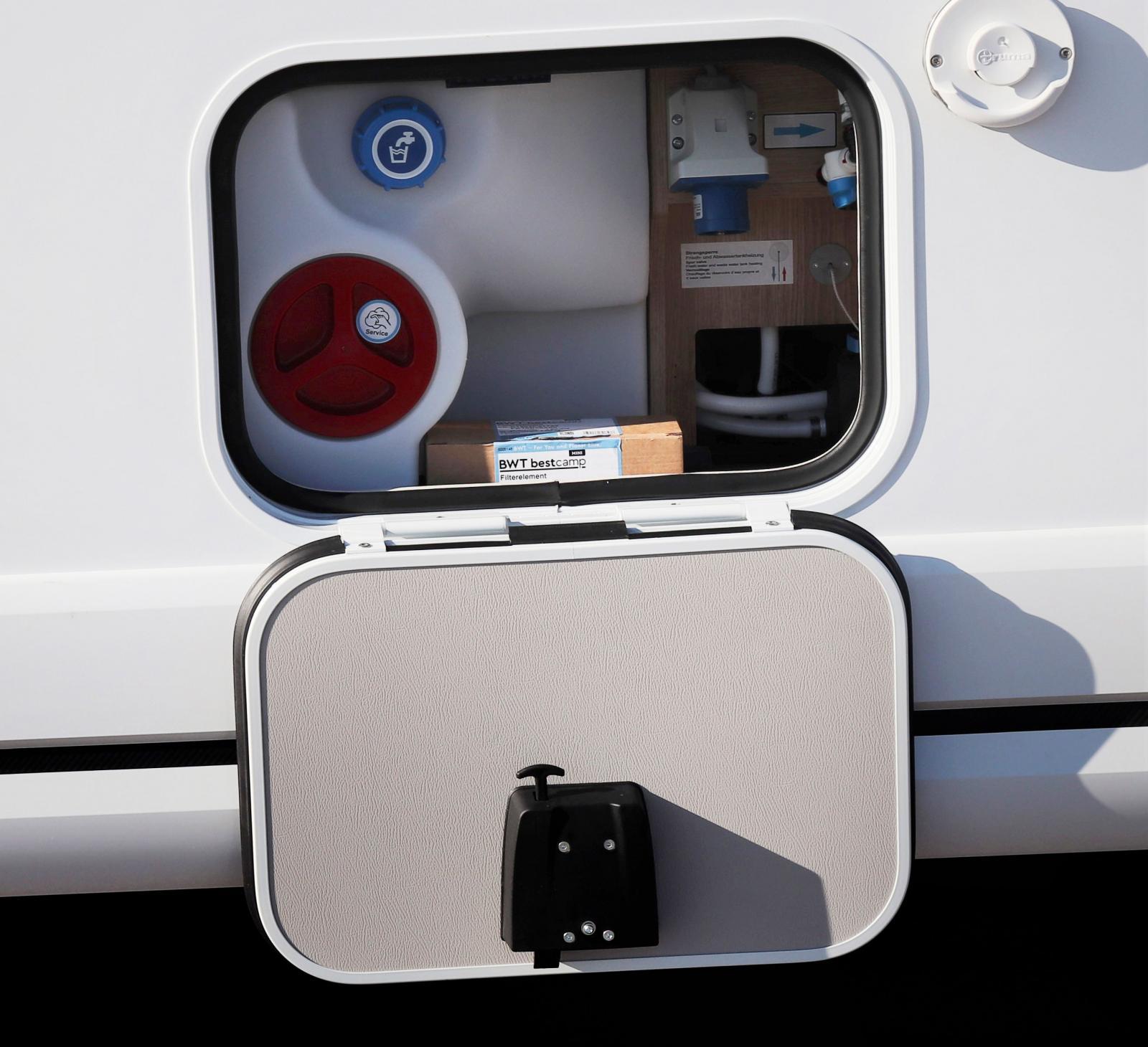 Serviceluckan där man fyller vatten, kopplar upp sig mot 230V, tömmer värmepannan inför frostnätter utan värme.