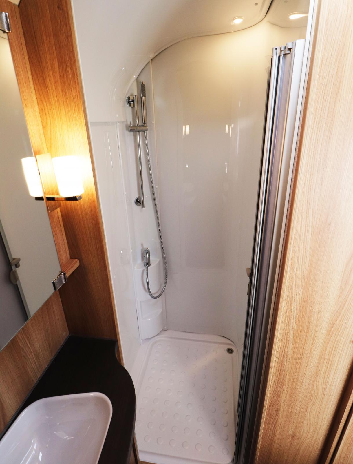 Separat duschkabin är uppskattat. Under handfatet finns förvaring för till exempel toalettpapper.