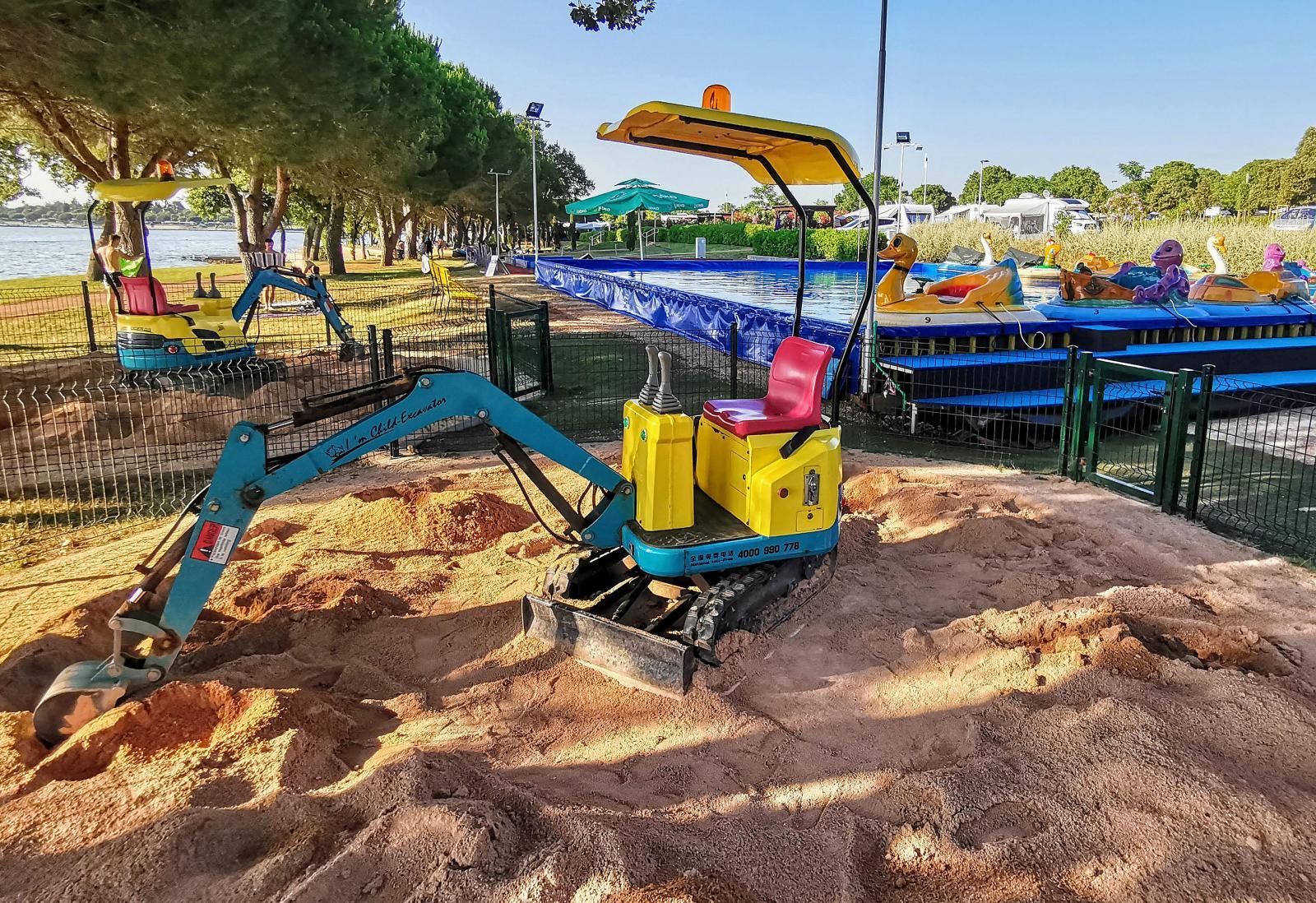 En vuxendröm är att få bygga sandslott med en sån här läcker grävare.