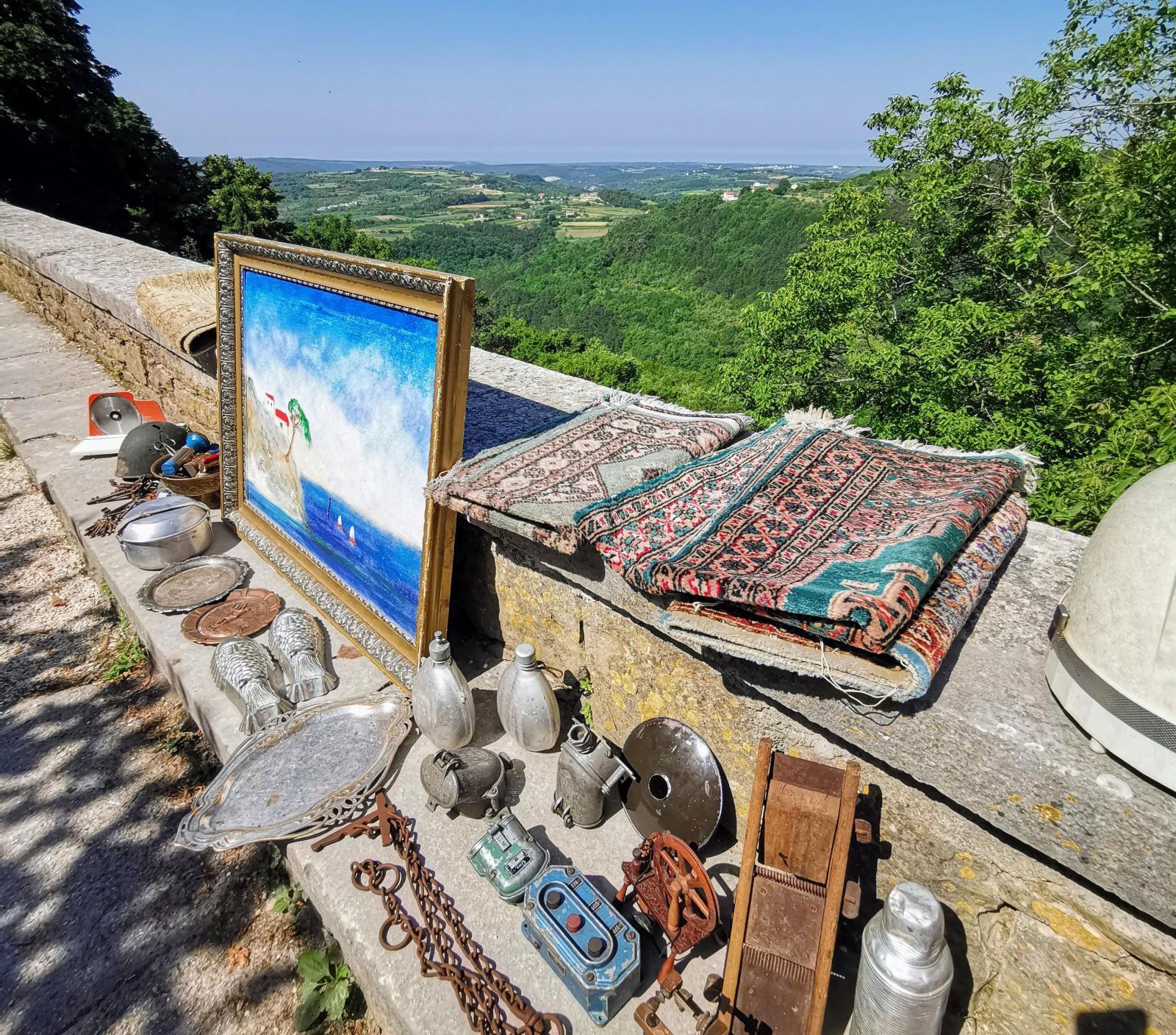 Kanske är det dags att loppisfynda med så här härlig utsikt över Istrien.