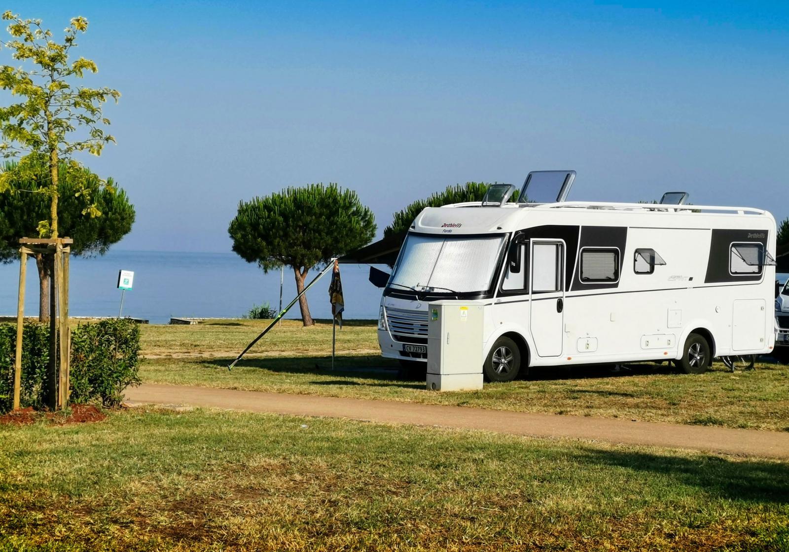 Campingen är flera kilometer lång och har många vackra platser med el, vatten och havsutsikt. Som gjort för både morgon- och kvällsdopp.