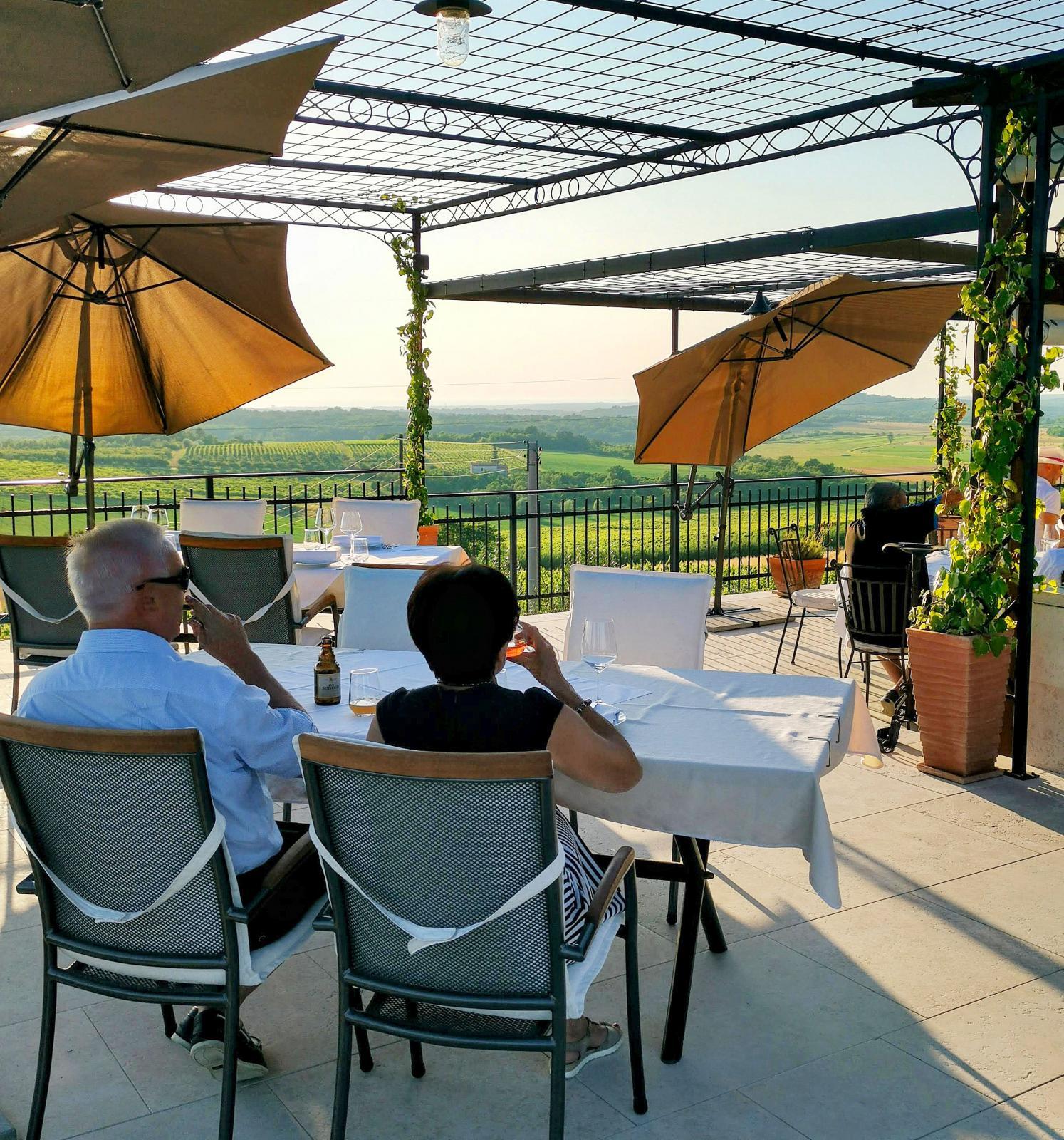 Restauranger med gott lokalproducerat vin finns inom räckhåll från campingen. Istrien är målet för gourmander som gillar utsökt mat och dryck.