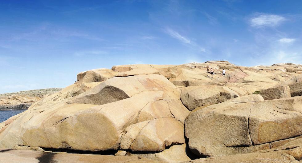 Slätte Hälla kallas stenlandskapet på Hållö. Ett område för fantasieggande vandringar. Lägg märke till människorna överst i bild.