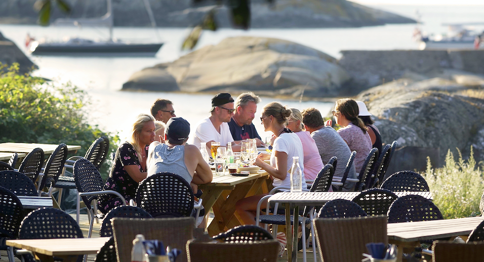 Läcker supé och i glada vänners lag medan kvällsljuset mjuknar  mot ett stillnande hav. Magiskt.
