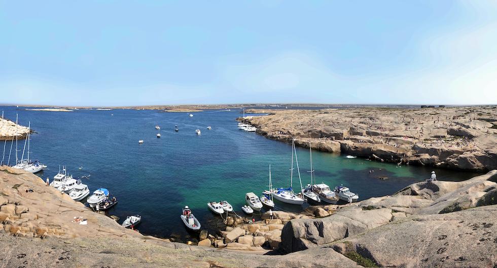 Marmorbassängen på Hållö med grönskimrande vatten över ljus skaldjursbotten och rosa klippor är välbesökt soliga sommardagar.