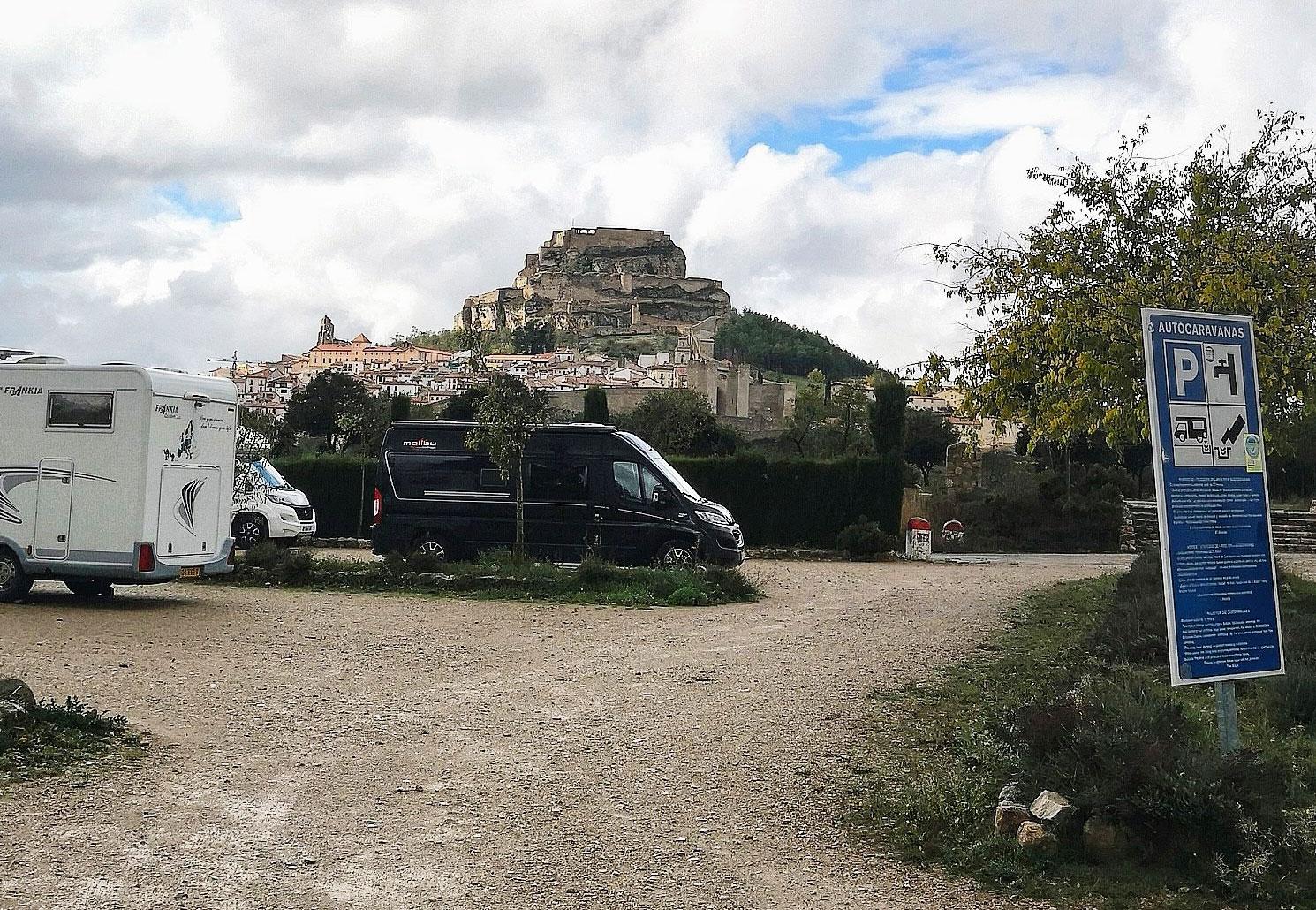 """Ställplatsen i Morella är helt gratis och ligger någon kilometer från """"staden på berget"""" i bakgrunden."""