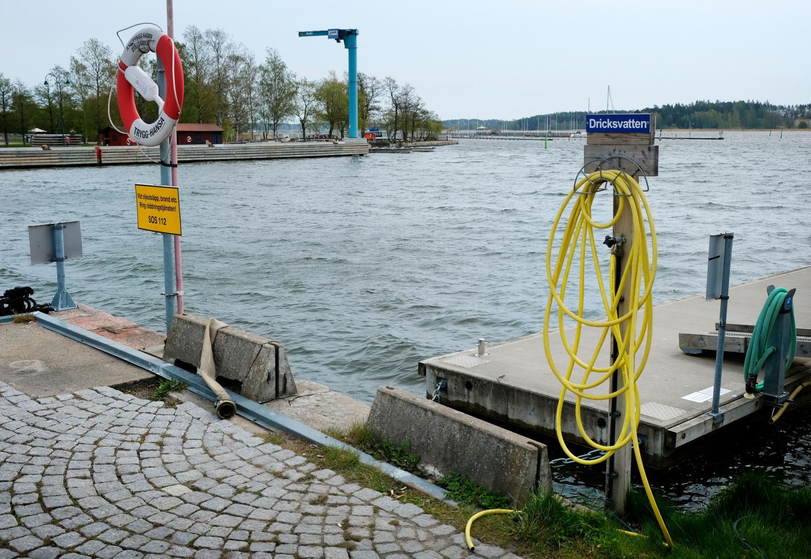 Färskvatten fylls 100 meter från ställplatsen.