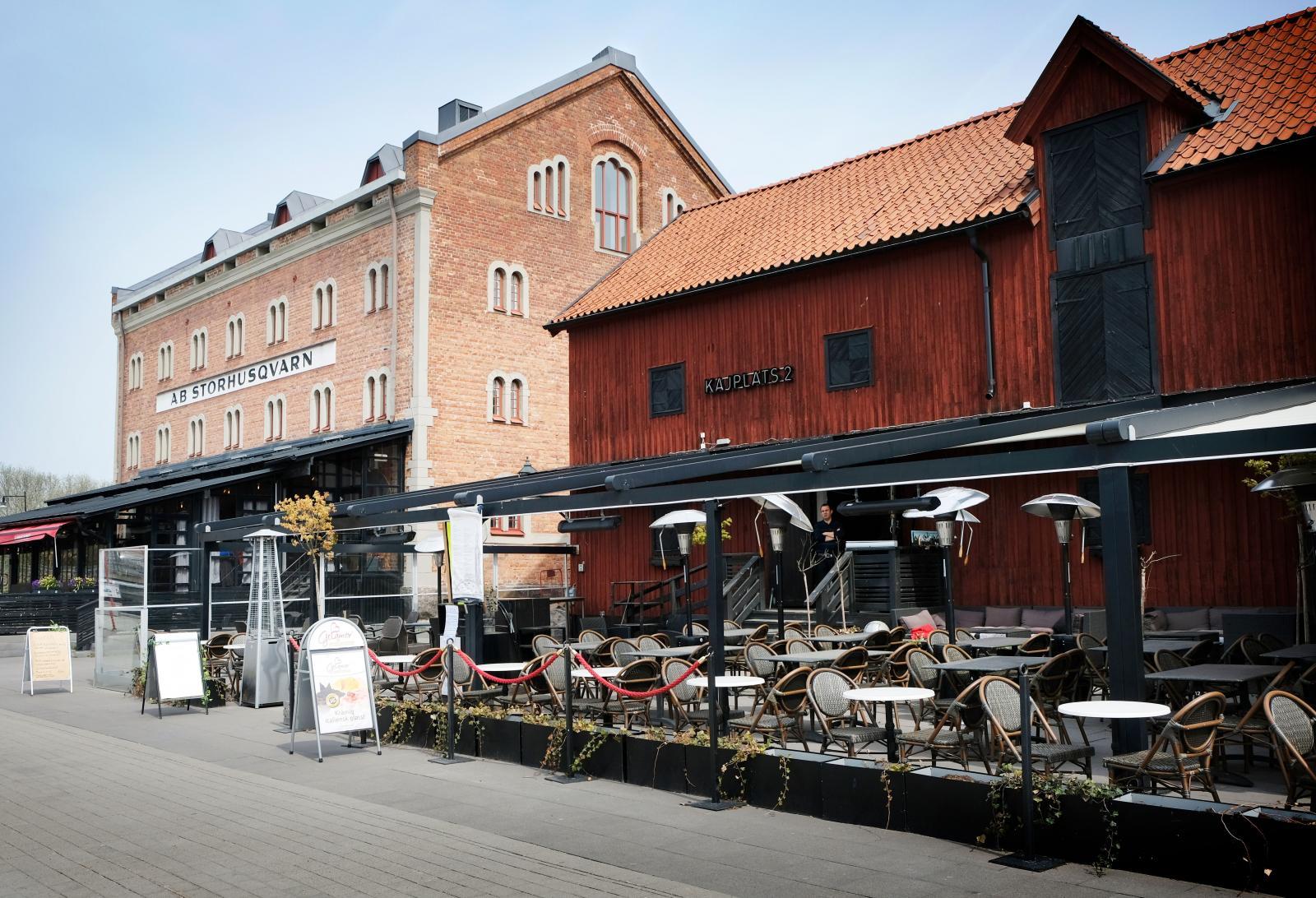 Längs östra hamnsidan ligger bägge dessa restauranger, öppna sommartid.