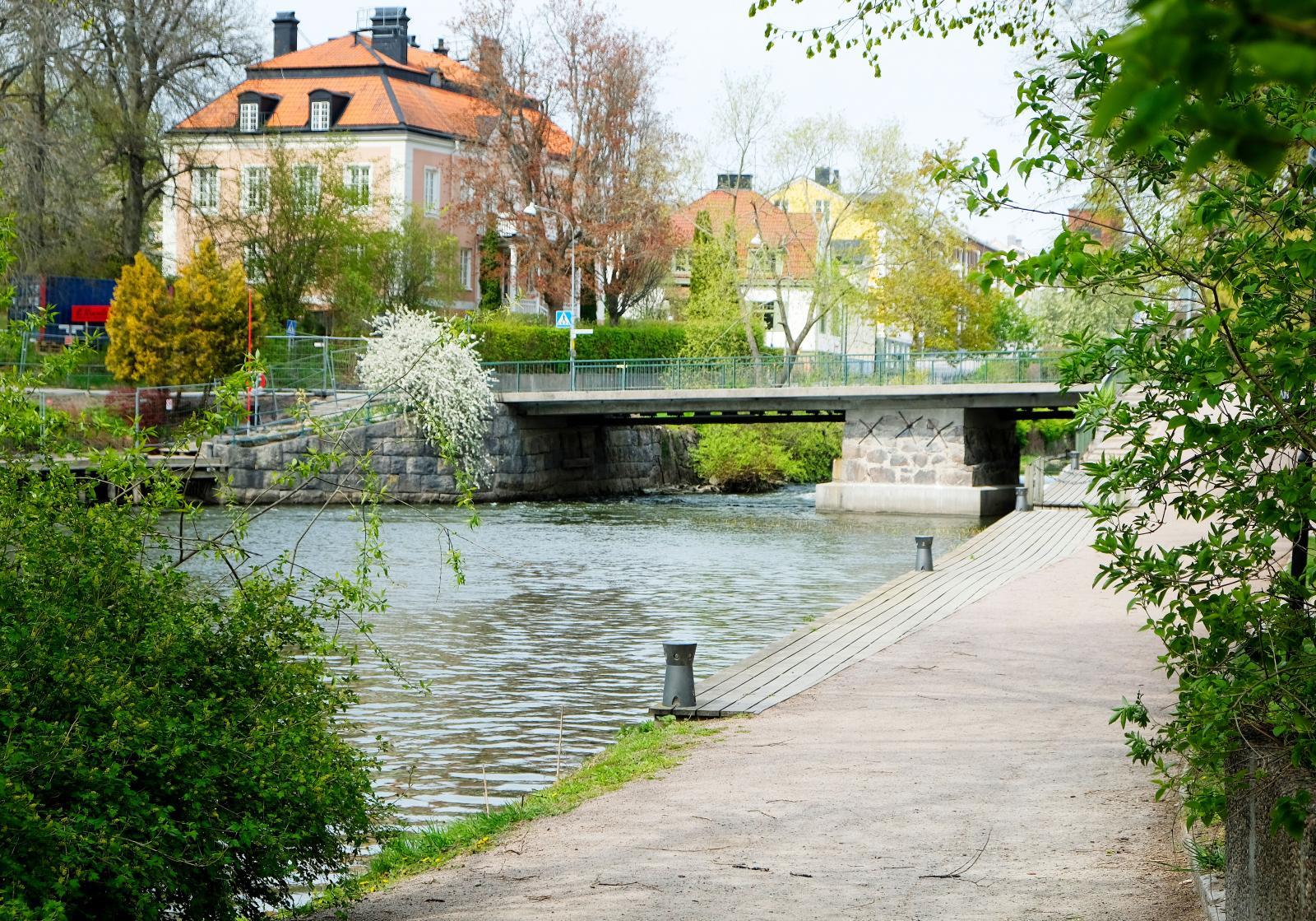 Promenadstråk in till centrum tas med fördel längs med Nyköpingsån. Grönt och frodigt beroende på årstid.