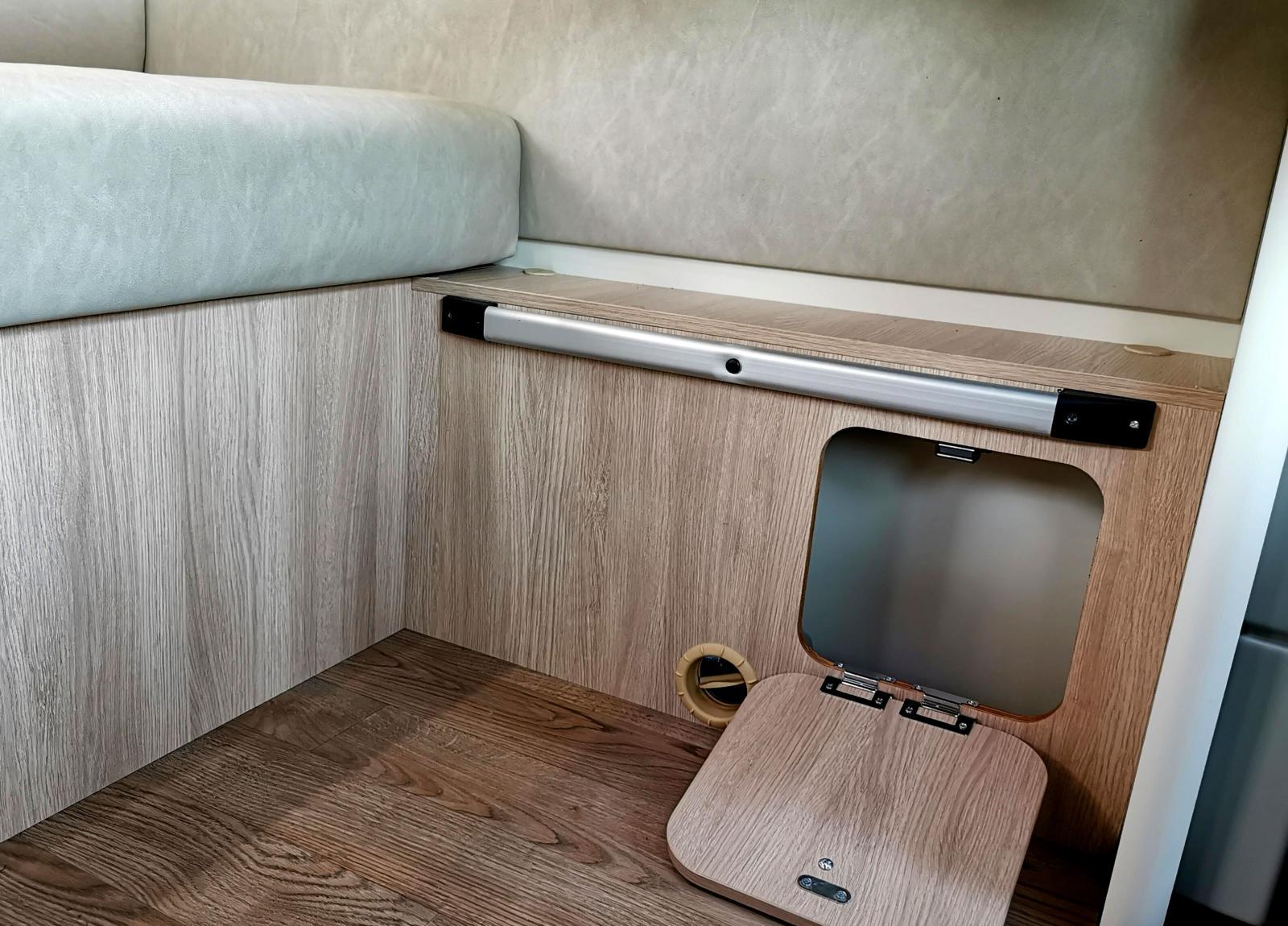Luckan är samma som i lilla bilden ovanför. Köksbordet kan fästas i den lägre skenan när man bäddar extrasängen.