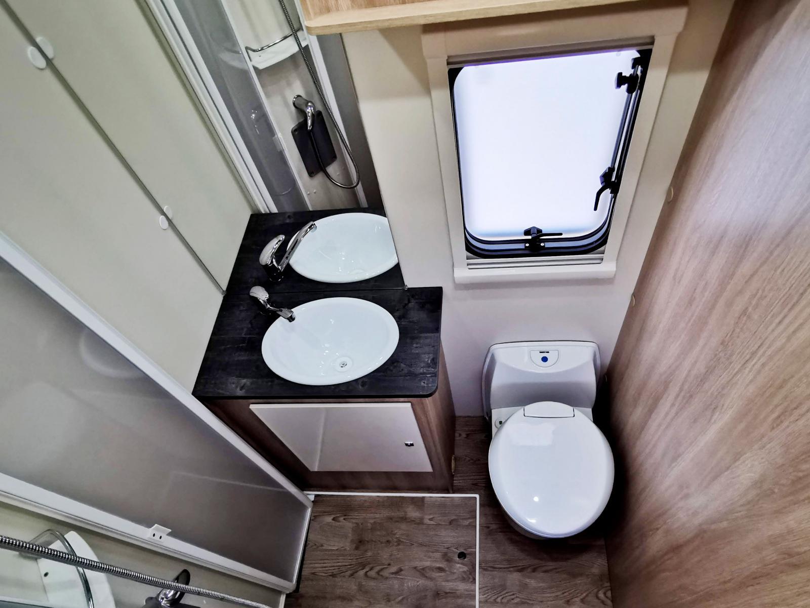 Hygienutrymmet är kompakt och bra utformat. Gäller bara att hålla träskivan i duschen ren och torr. Kommoden har bra bänkyta.
