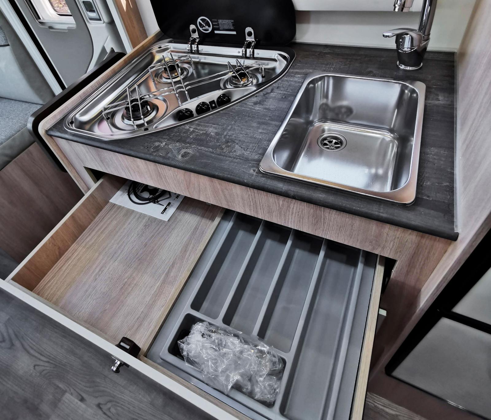 Kökslådorna är breda men här finns åtminstone mellanvägg och bestickförvaring vilket inte är en självklarhet i instegsklassen.