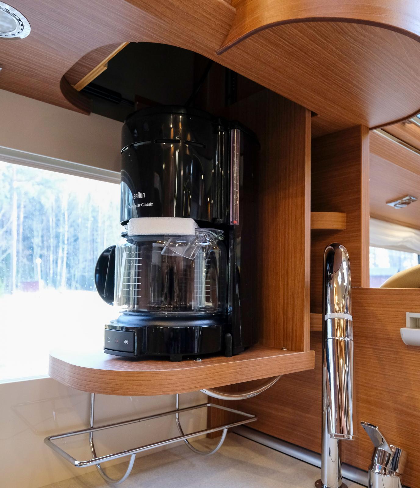 """Kaffebryggare av """"hemmamodell"""" kan dras ned i köket."""