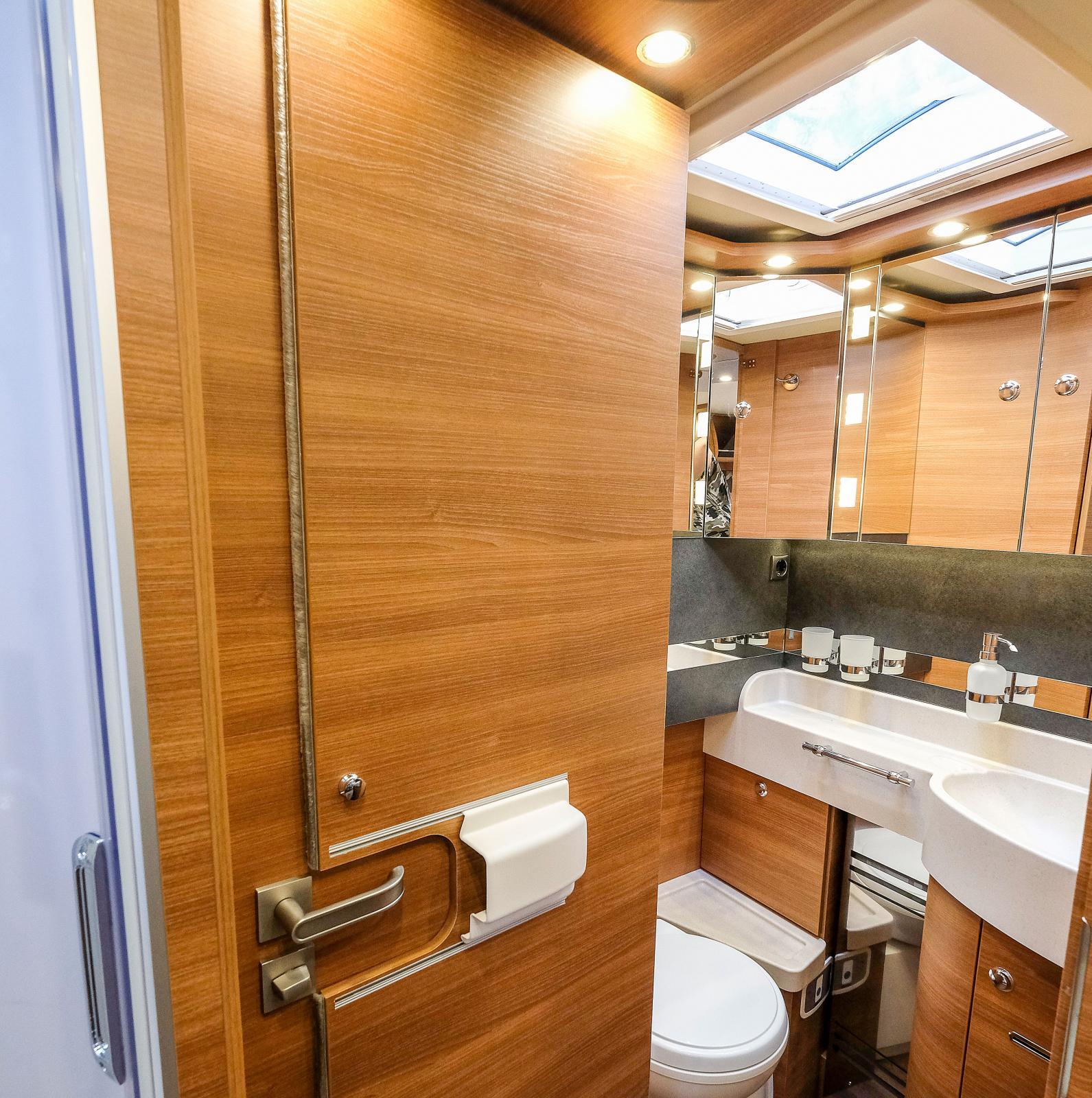 Toadörran kan delas för att både skärma av främre delen av bilen och toaletten.