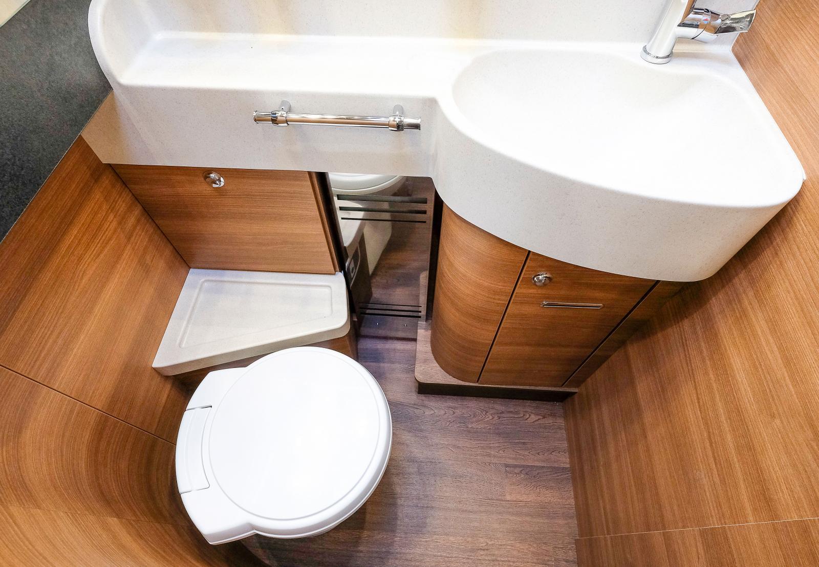 Det här är riktigt snyggt och stilrent. Vridbar toalett givetvis och en stor bänk med handfat och handdukshållare.