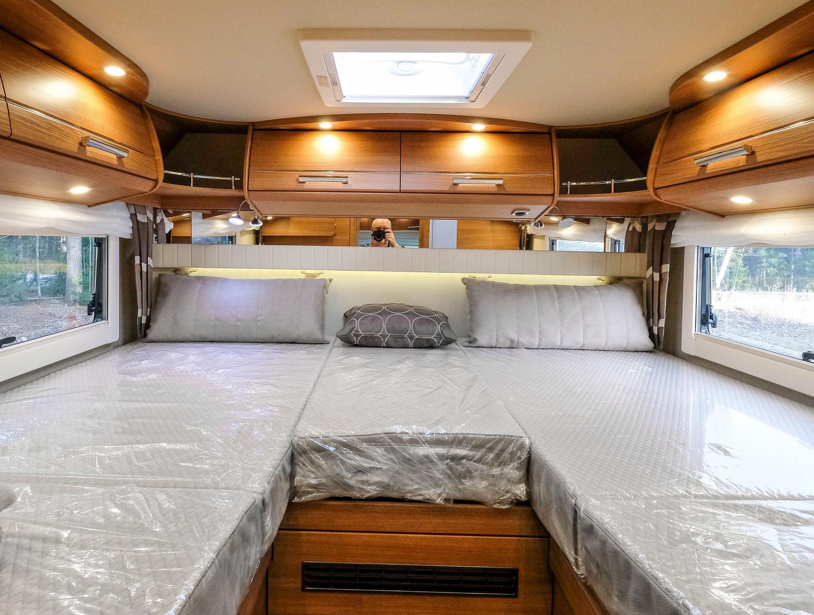 Sängarna är högt placerade på grund av garaget under sängarna.  Överskåpen ser gedigna ut, det är de också.