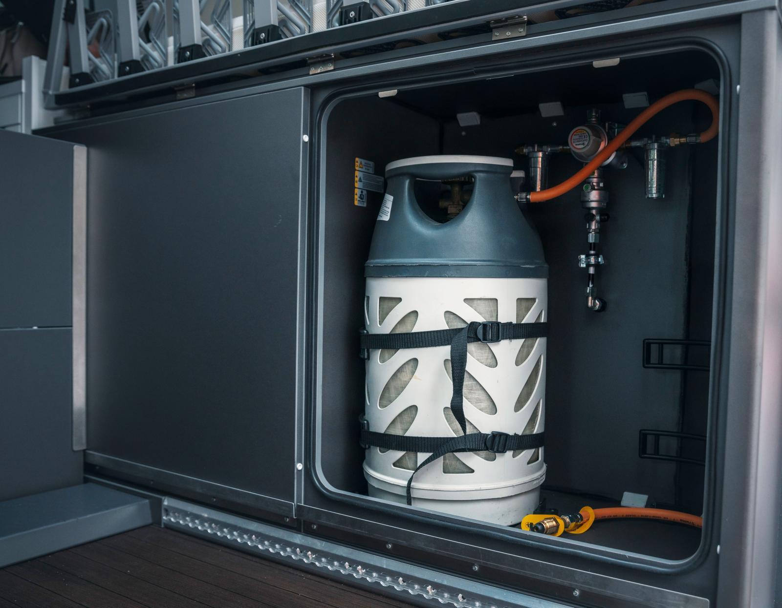 Två stora elvakilos (P11) gasbehållare ryms. Krocksensor och duokoppling ingår.